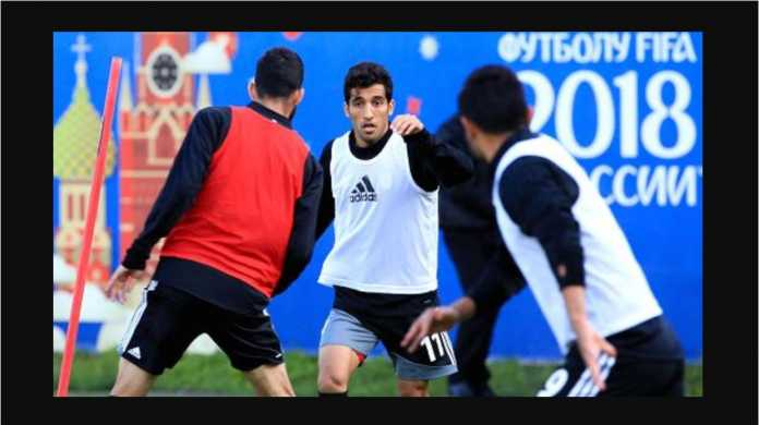 Vahid Amiri (menghadap kamera) dan rekan tim nasional Iran lainnya berlatih di lapangan Lokomotiv Bakovka Training Centre, jelang Piala Dunia 2018.