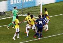 Fans Jepang tunjukkan aksi bersih-bersih usai kemenangan Timnas Jepang atas Kolombia, Selasa (19/6) malam WIB.