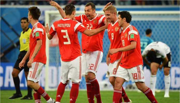 Timnas Rusia merayakan gol mereka ke gawang Mesir dalam laga kedua Grup A, yang memastikan kelolosan mereka ke babak 16 besar Piala Dunia 2018.