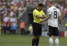Toni Kroos tampak memprovokasi wasit Alireza Faghani (Iran) dalam sebuah insiden menit 13 laga Jerman vs Meksiko di Piala Dunia 2018, Minggu malam.