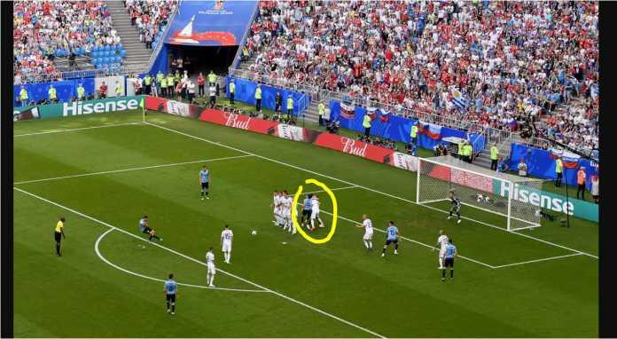 Perhatikan pemain Rusia No 4 (lingkaran kuning), mendorong dua pemain Uruguay, tapi ruang kosong yang diciptakannya malah dipakai jalur lewat bola tendangan bebas Luis Suarez.