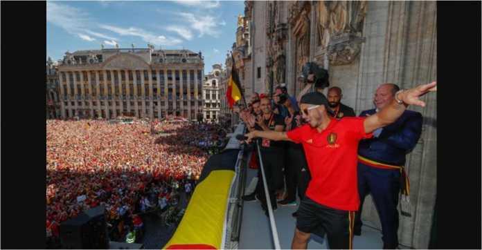 Eden Hazard memimpin perayaan gelar juara ketiga mereka di Piala Dunia 2018 bersama ribuan suporter di depan Grand Palace, Brussels.