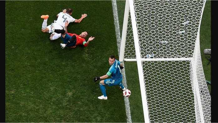 Satu kekacauan di depan gawang Rusia berujung gol bunuh diri oleh Sergei Ignashevich pada menit 12 laga babak 16 besar Piala Dunia 2018, Minggu malam.
