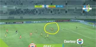 Striker Persija Jakarta Osas Saha tampak menerima umpan panjang lambung, mengecoh dua pemain lawan, termasuk mencongkel bola dan menembak ke gawang kosong Mitra Kukar.