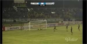 Satu serangan PSMS Medan gagal membuahkan gol setelah bola hanya melayang di atas gawang Persipura.