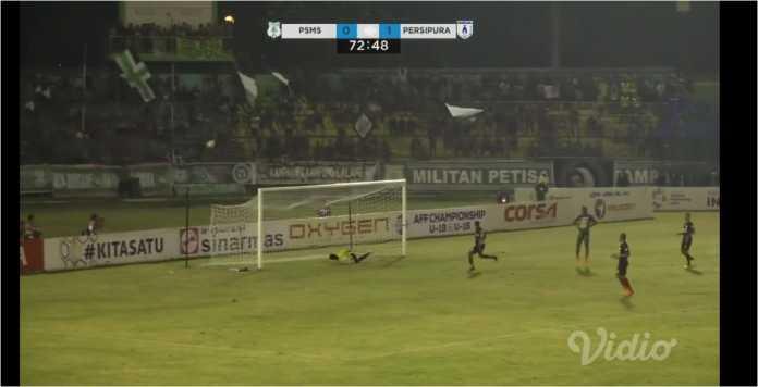 Satu Serangan Psms Medan Gagal Membuahkan Gol Setelah Bola Hanya Melayang Di Atas Gawang Persipura