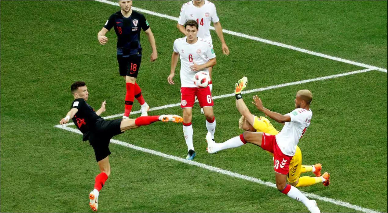 Ivan Perisic menyambar bola muntah pada sekitar menit 29 laga 16 besar antara Kroasia vs Denmark, Senin dinihari. Sayang bola meleset di atas mistar gawang.