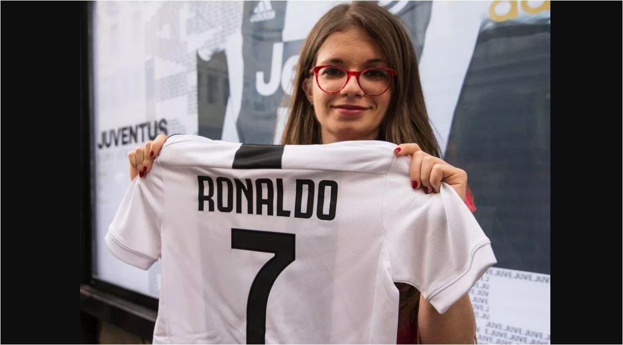 Seorang fans Juventus memamerkan jerey Cristiano Ronaldo. Sebanyak 500.000 kaos CR7 terjual dalam satu hari, sudah menutup setengah dari biaya transfernya dari Real Madrid.