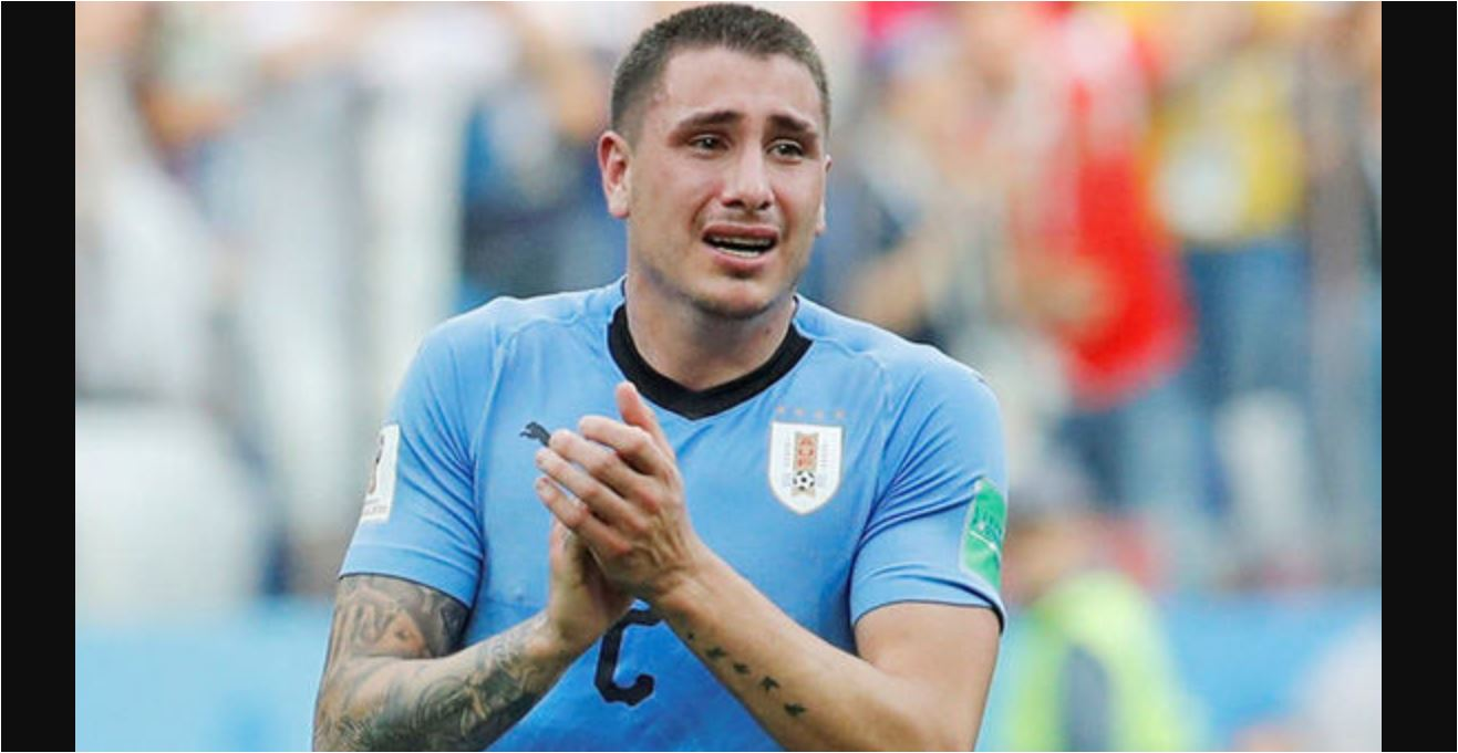 Jose Gimenez terlihat menangis pada menit-menit akhir laga Uruguay vs Prancis, perempat final Piala Dunia 2018, Jumat malam.
