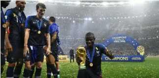 Jasanya pada Timnas Prancis di Piala Dunia 2018 cukup besar, tapi gelandang mungil ini malu-malu untuk mengangkat dan berfoto bersama trofi Piala Dunia yang diperjuangkannya.