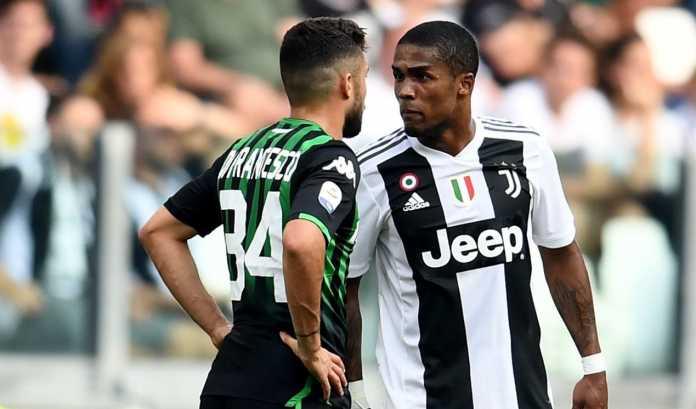 Douglas Costa saat ludahi lawan main, Juventus.jpg