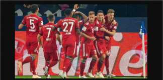James Rodriguez dikerubuti rekan-rekannya setelah menyundul bola menjadi gol bagi Bayern Munchen di kandang Schalke, Minggu dinihari