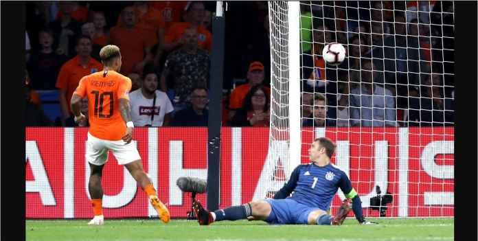 Memphis Depay mengincar pojok gawang setelah menerima umpan silang dari Quincy Promes, menjadi gol kedua Belanda saat melawan Jerman, tadi malam