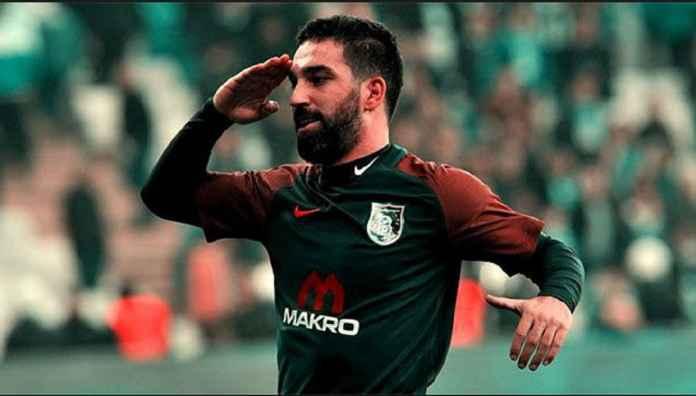 Pemain Barcelona yang tengah dipinjamkan ke Basaksehir, Arda Turan, harus berurusan dengan polisi karena terlibat perkelahian dan mencederai penyanyi asal Turki.