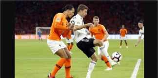 Virgil Van Dijk berusaha meredam pergerakan Thomas Mueller pada laga Belanda vs Jerman, Minggu dinihari di Johan Cruijff Arena (Amsterdam).