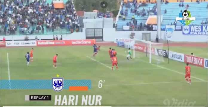 Hari Nur Yulianto menanduk bola hasil satu tendangan bebas di sisi kanan lapangan menjadi gol PSIS Semarang