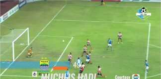 Adegan ketika pemain Persib Muchlis Hadi Ning menanduk bola ke tiang jauh dan menjadi gol pada laga melawan Madura United, Selasa malam