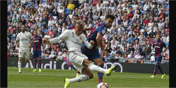 Real Madrid secara mengejutkan tertinggal lebih dulu 0-2 oleh Levante pada laga di Santiago Bernabeu, Sabtu