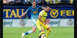 Dua pemain berdual pada laga Villarreal vs Atletico Madrid, Minggu dinihari di ajang Liga Spanyol