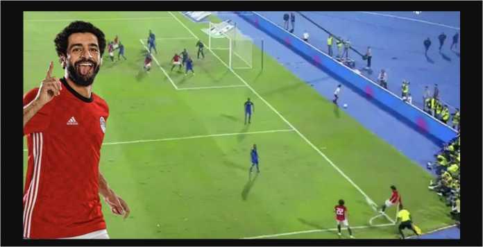 Adegan saat Mohamed Salah mengeksekusi sepak pojok dengan tendangan kaki kiri, mengarah ke bagian tengah gawang lawan dan GOL!