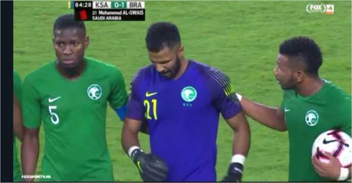 Mohammed Al-Owais dikartumerah wasit pada laga Arab Saudi vs Brasil setelah handball di luar kotak penalti