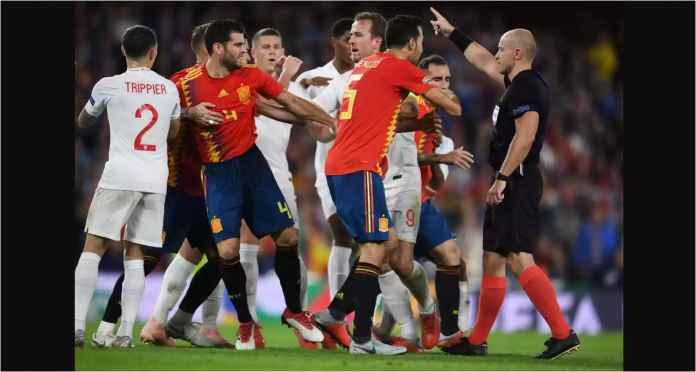 Satu adegan kericuhan antara para pemain Spanyol vs Inggris dalam laga UEFA Nations League, Selasa dinihari