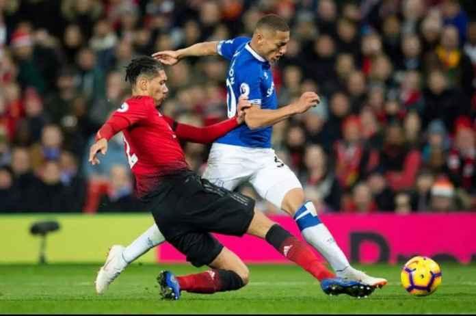 Everton Ingin Rebut Chris Smalling dari Manchester United