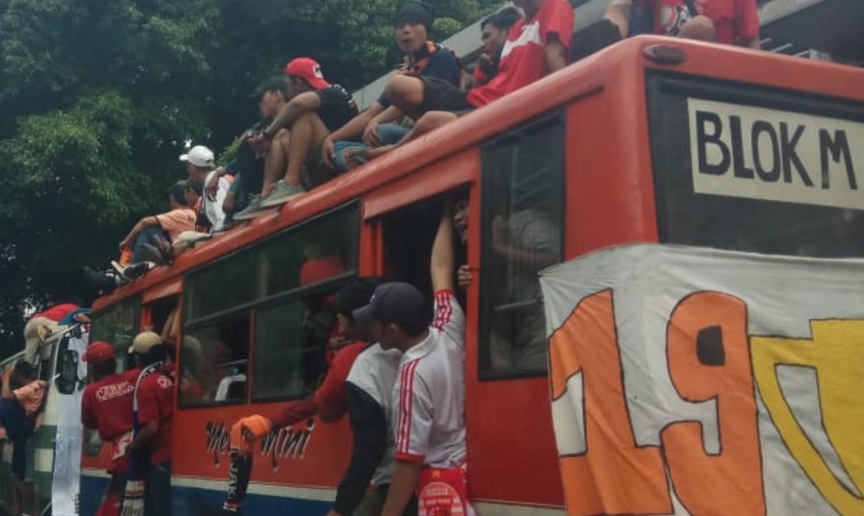Jakmania sebelum laga Persija Jakarta vs Mitra Kukar