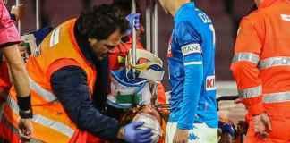 Kiper Arsenal yang dipinjamkan ke Napoli, David Opsina saat ditandu keluar lapangan