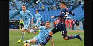 Prediksi pertandingan Lazio vs Udinese pada laga tunda Liga Italia di Stadio Olimpico hari Kamis (18/4) dinihari.Lazio harus berhadapan dengan beberapa lawan tangguh pada laga-laga sebelumnya dan sebagai akibatnya kini mereka turun ke posisi kedelapan klasemen dengan hasil dua kalah dan satu imbang dari tiga pertandingan teranyarnya. Le Aquile memiliki kesempatan untuk menebus kesalahan itu pada tengah pekan ini, menjamu sebuah tim yang berjuang untuk lepas dari zona degradasi.Pertandingan ini merupakan pertandingan tunda, di mana Lazio diharapkan bisa meraih tiga poin demi ambisi mereka untuk mendapat tempat di playoff Liga Europa. Sementara itu, Udinese hanya berjarak tiga poin saja dari zona degradasi. Sebuah kekalahan di sini akan membuat mereka semakin dekat dengan zona degradasi.Head-to-head Lazio vs Udinese:Lazio memenangkan lima perjumpaan terkininya lawan Udinese.Le Aquile mencetak dua gol atau lebih dalam empat dari lima H2H terbarunya lawan Le Zebrette.Dari total 18 kemenangan di ini, 14 dimenangkan oleh Lazio.Prediksi Lazio vs Udinese:Lazio mencoba masuk ke babak playoff Liga Europa, sedangkan Udinese berusaha menghindari degradasi. Le Aquille tidak terkalahkan dalam 17 dari 21 laga kandang terbarunya, kekalahan terjadi di Eropa melawan tim kuat seperti Inter Milan dan Juventus. Di sisi lain, Udinese tidak pernah menang dalam 12 pertandingan tandang teranyarnya, dan di 16 dari 17 laga terbarunya. Mereka juga kalah enam kali dari tujuh tandang terkininya.Le Aquille memenangkan lima perjumpaan terakhir dan menang 14 dari 18 pertemuan teranyarnya di stadion ini. Selain itu, Lazio mencetak dua gol atau lebih dalam empat dari lima perjumpaan terakhir. Udinese telah gagal mencetak gol dalam enam dari sembilan tandang terkininya, sementara Lazio mencetak dua atau lebih dalam tiga laga kandang terbarunya. Prediksi Skor: Lazio 2-1 Udinese.