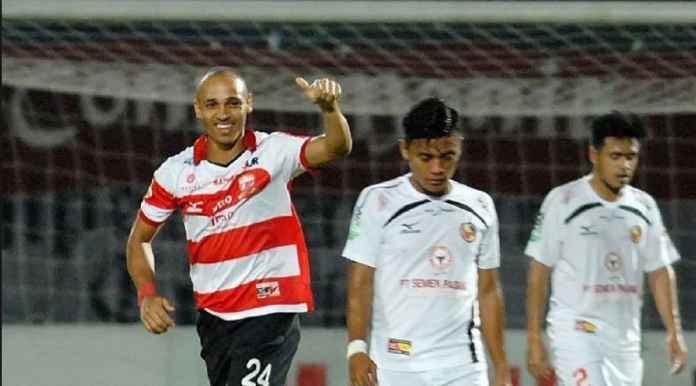 Eks Madura United Peter Odemwingie Gantung Sepatu