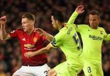 Scott McTominay saat melawan pemain Barcelona