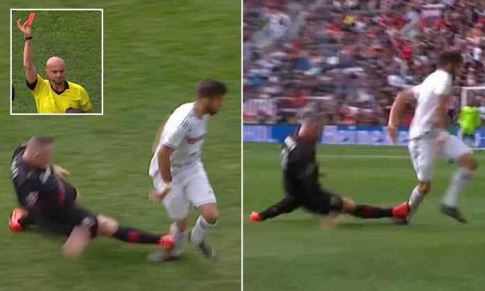 Wayne Rooney Lakukan Tekel Horor, Langsung Kartu Merah