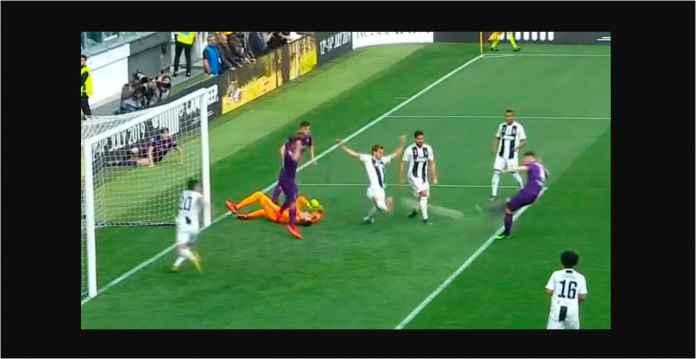 Kiper Juventus Amankan Bola, Eh Malah Diinjak Bek Teman Sendiri