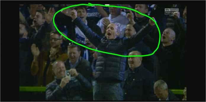 Viral Wasit Liga Inggris Jingkrak-jingkrak di Atas Pagar Stadion