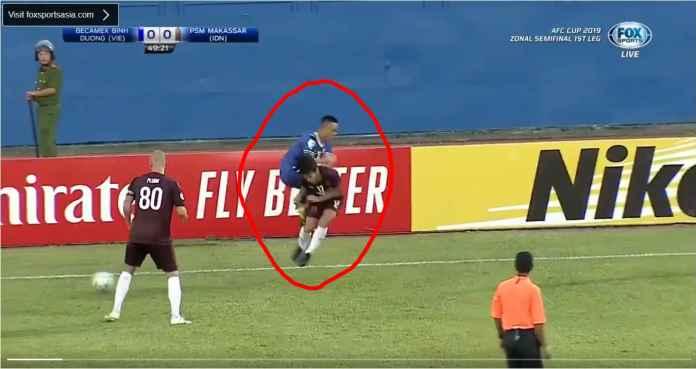 Lihat Pemain PSM Makassar Diterjang Sadis Pemain Becamex, Kartu Merah!