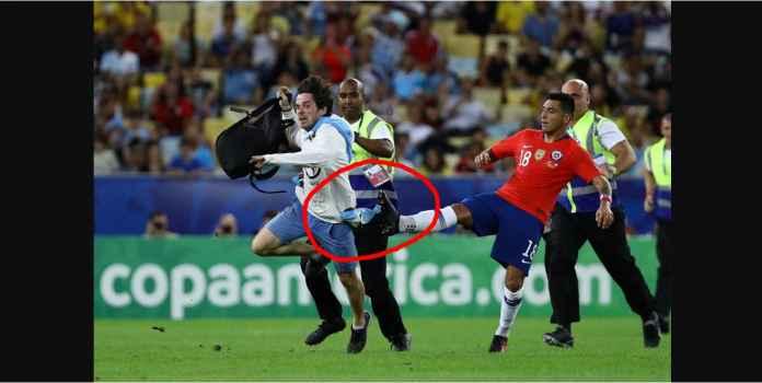 Pemain Chile Jatuhkan Pitch Invader, Lihat Aksi Oportunistik Luis Suarez
