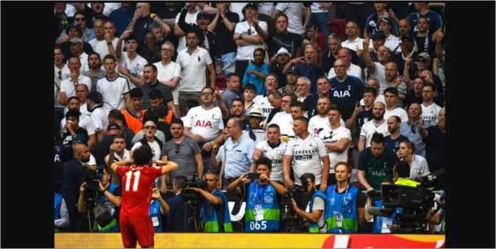 Mohamed Salah Meledek Fans Tottenham Hotspur, Dilempar Gelas