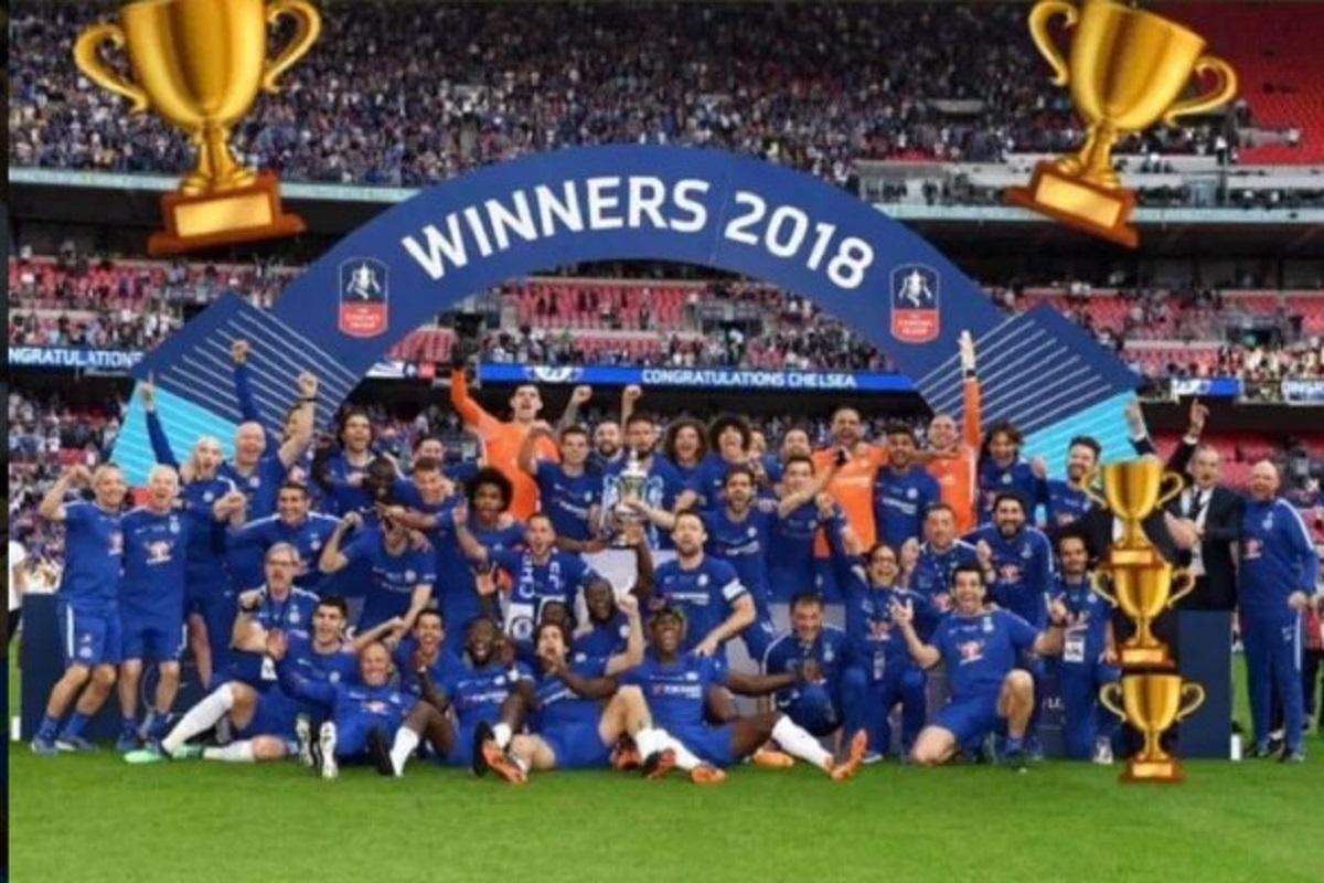 Foto Instagram Willian Saat Mengaburkan Wajah Antonio Conte dengan Emoji Piala Saat Selebrasi Juara Piala FA 2018.