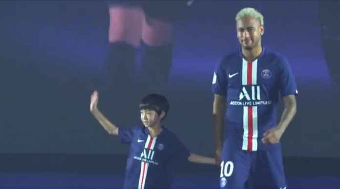 Neymar Peragakan Jersey Baru PSG Walau Ingin Hengkang
