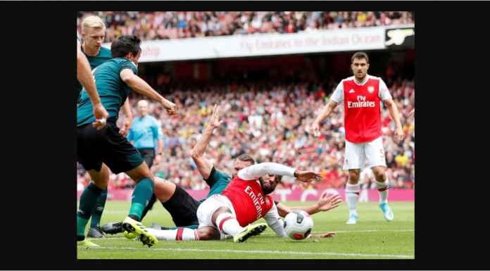 Terjatuh, Dikurung Empat Orang, Tetap Lacazette Cetak Gol Bagi Arsenal