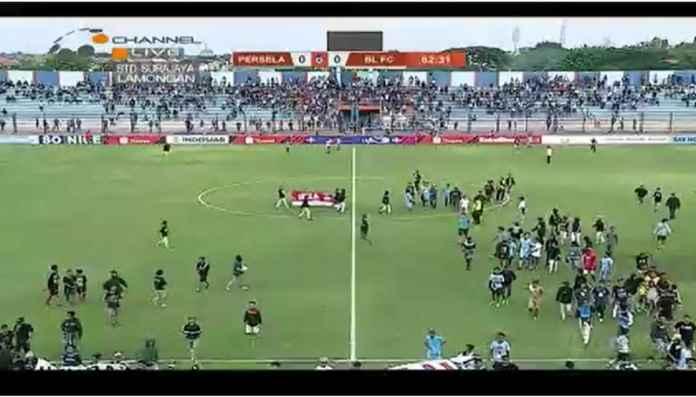 Persela Lamongan Kalahkan Badak Lampung 1-0 Setelah Laga Berhenti Satu Jam