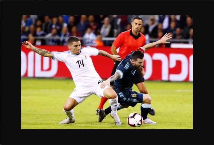 Messi Dikeroyok 6 Pemain Uruguay, Argentina Imbang 2-2