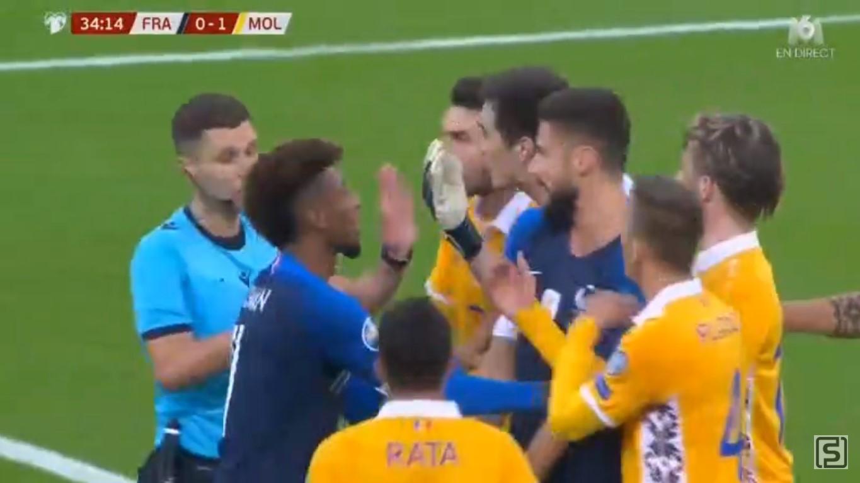 Pemain Moldova memprotes gol Prancis