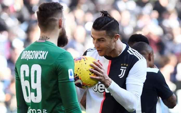 Kiper Fiorentina Mempelajari Hukuman Ronaldo, Tapi Masih Kebobolan