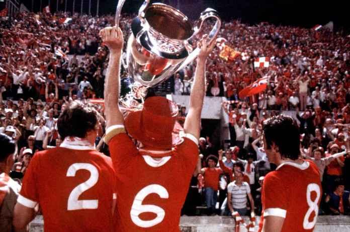 Manchester United merayakan kemenangan FA Cup 1977 atas Liverpool
