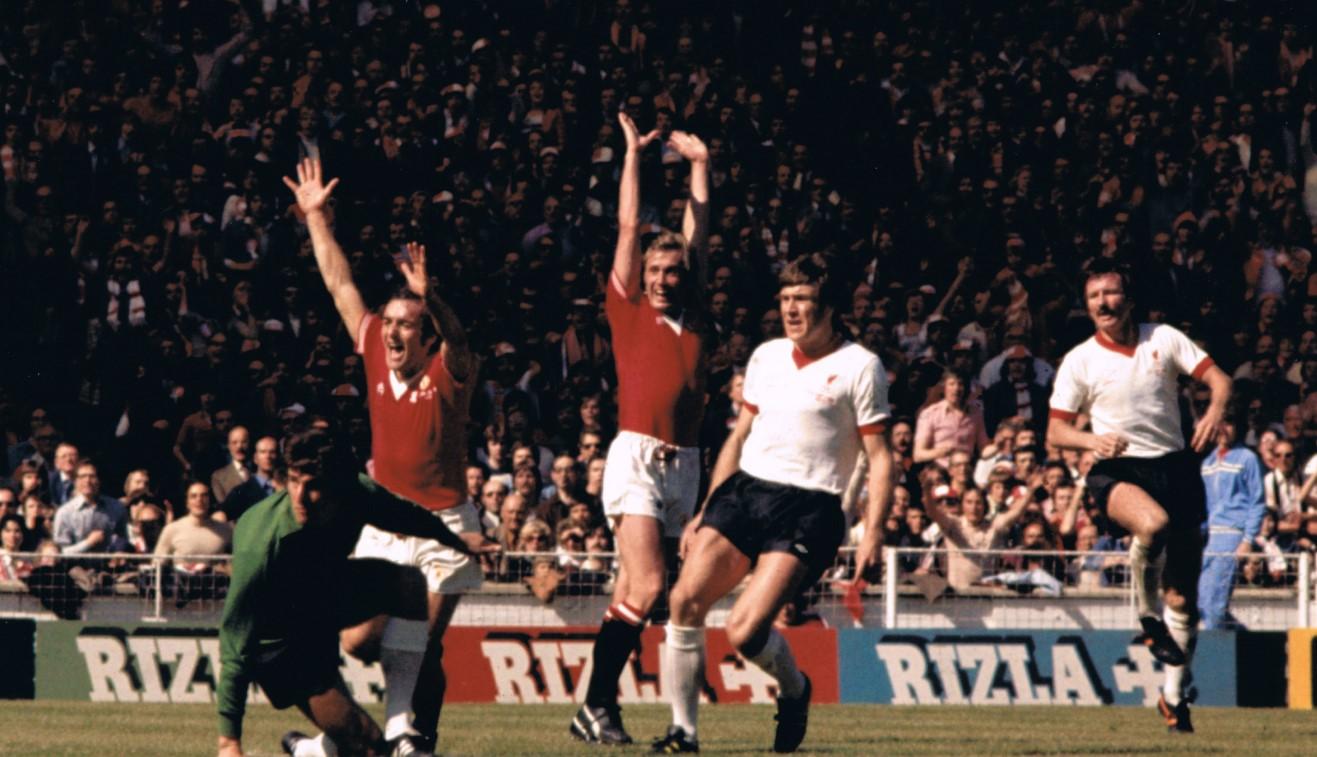 Gol Jimmy Greenhoff membawa Manchester United unggul 2-1 atas Liverpool