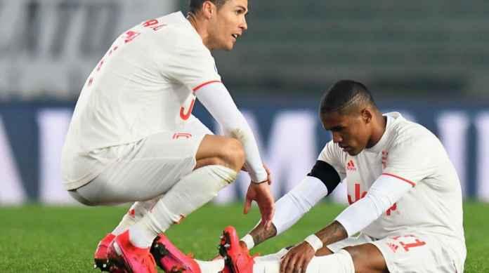 Pemain Juventus Ronaldo bersama Douglas Costa yang cedera