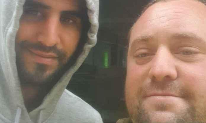 Fans Manchester United selfie bareng Riyad Mahrez