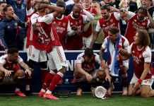 Lihat Aubameyang Rusak Trofi FA Cup Saat Arsenal Rayakan Gelar Juara